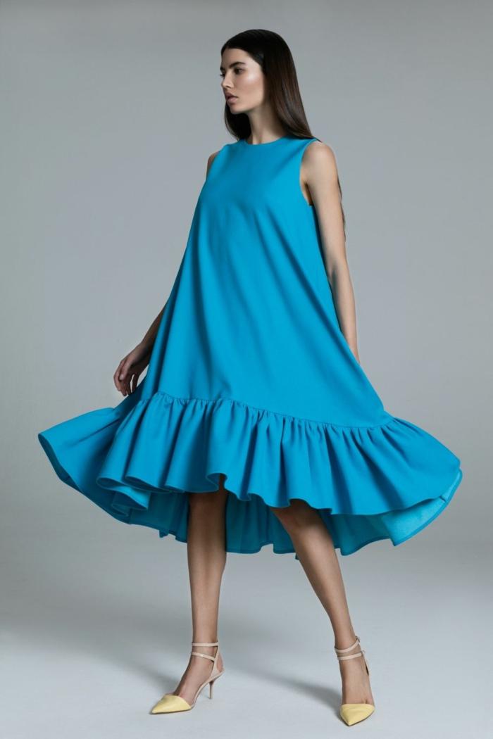 blaues Kleid, gelbe Schuhe, festliche Kleider für Schwangere, lange braune Haare von der werdenden Mutter