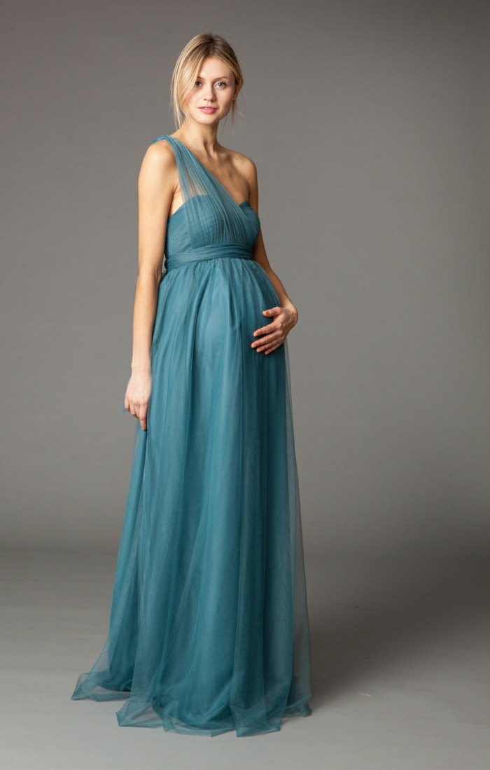 Schwangerschaftsmode, blaues Kleid mit nackten Schulter, bodenlanger Rock und blaue Spitze
