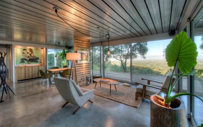 Betonfußboden, ein schönes Ferienhaus mit schöner Aussicht, Diele an der Decke, Loungemöbel
