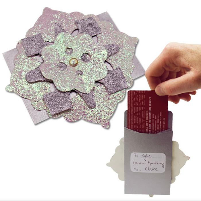lila Karte mit Verzierung wie eine Schneeflocke, Gutschein selber machen, roter Gutschein
