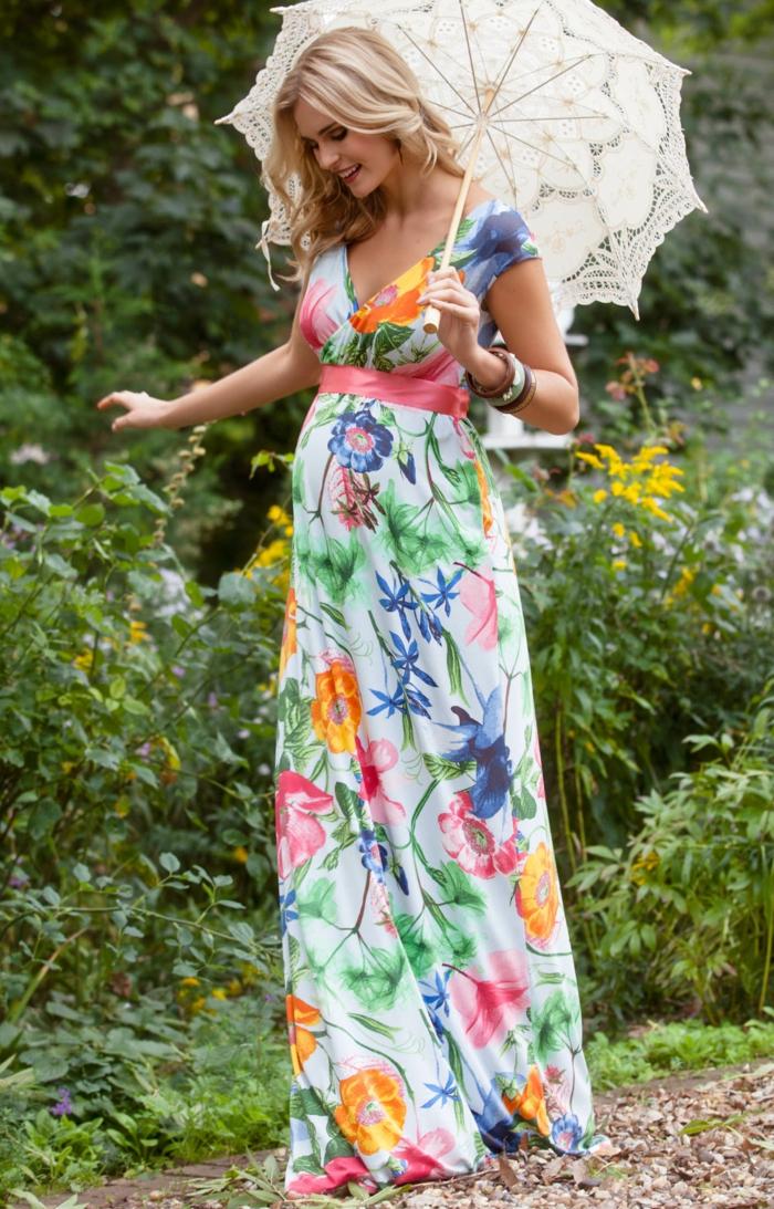 geblümte Abendkleider für Schwangere, ein rosa Gürtel, Mädchen mit blondem Haar trägt Sonnenschirm
