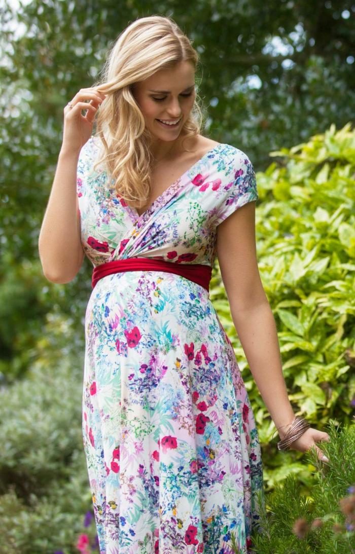 ein weißes Kleid mit Motiven von roten und blauen Blumen, roter Gurtel, Abendkleider für Schwangere