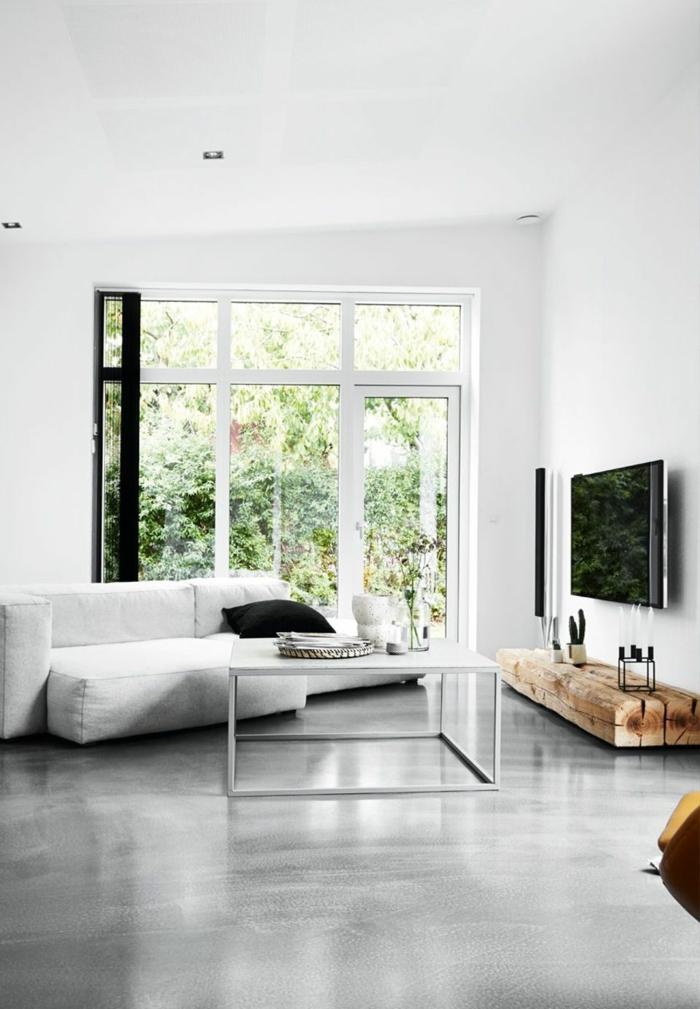 ein modernes Wohnzimmer, weißes Sofa, ein weißer Tisch, Fußboden Betonoptik, große Fenster