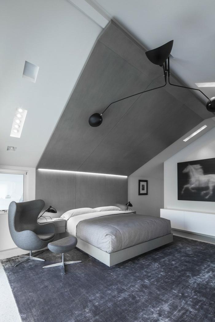 graue Betonbodenfarbe, ein kleines Bett, eine Leseecke mit grauem Stuhk und kleine Leselampe, ein Bild von Pferd