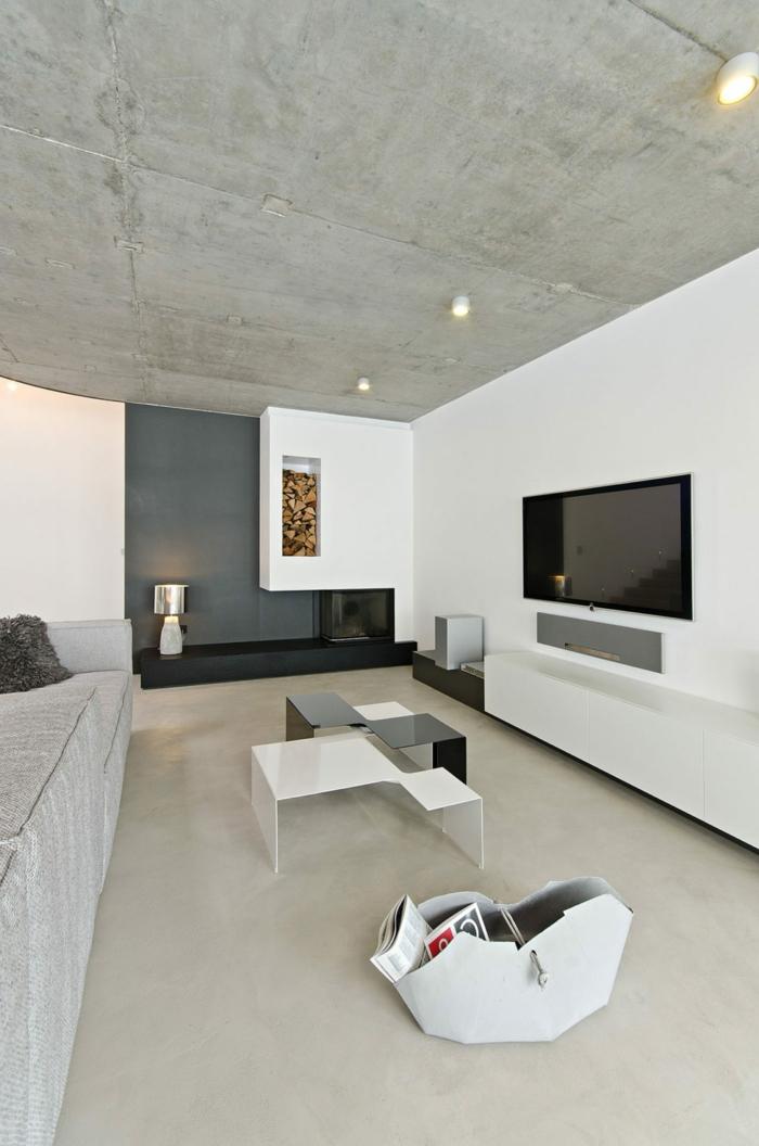 schöne Deckenleuchten, ein Fernseher, zwei Tischleinen in schwarzer und weißer Farbe, weiße Betonbodenfarbe