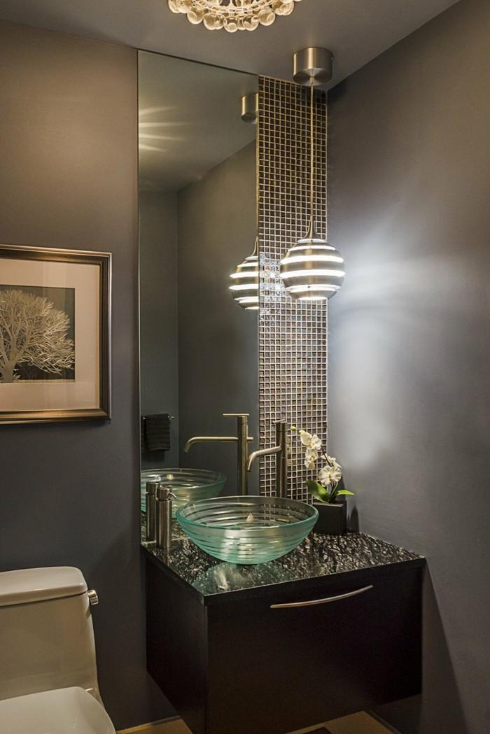 Badezimmer Gestaltungsideen, ein großer Spiegel, Mosaikfliesen, ein Waschbecken aus Glas