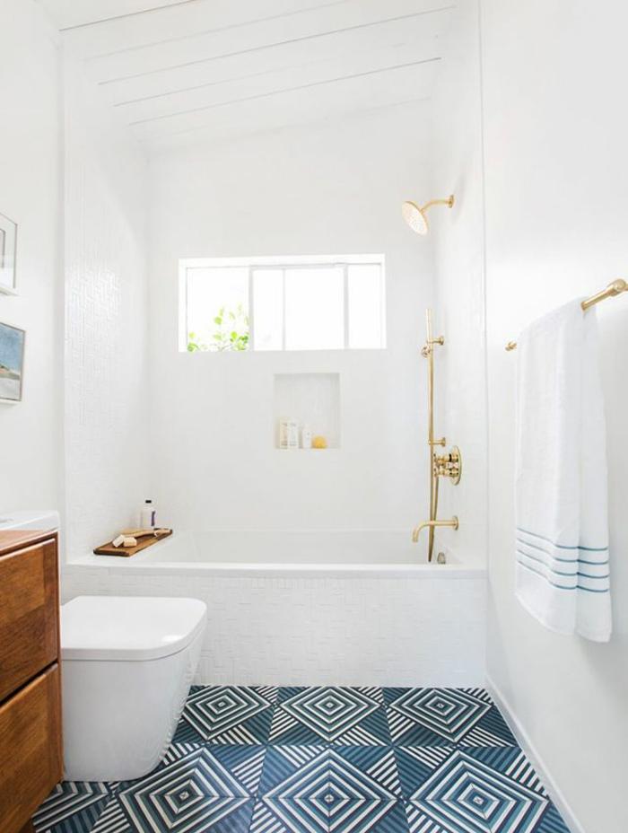 kleines Badezimmer Gestaltungsideen, blaue Fliesen, ein weißes Tuch, weiße Badewanne