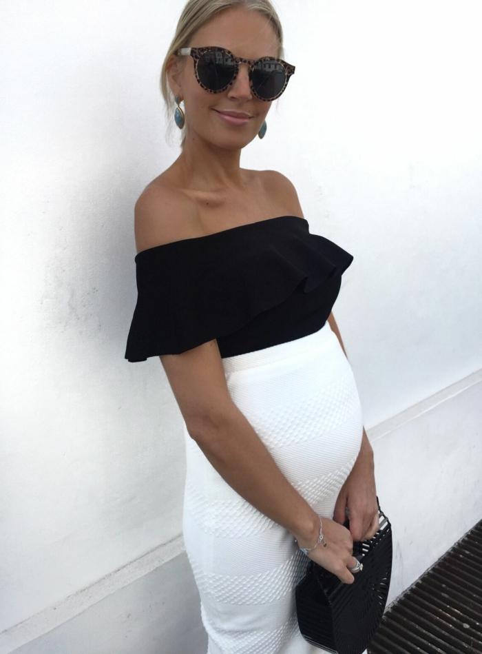ein Oberteil in schwarzer Farbe, ein Rock in weißer Farbe, Schwangerschaft Mode, schwarze Tasche