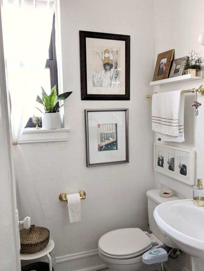 ein winziges Badezimmer Gestaltungsideen, kleine Bilder als Dekoration, klassisches Waschbecken