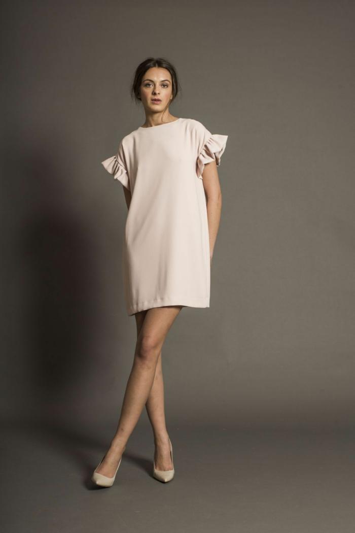 weißes Kleid, ganz kurz mit ausgefallenen Ärmel, passende Schuhe, Schwangerschaftsmode