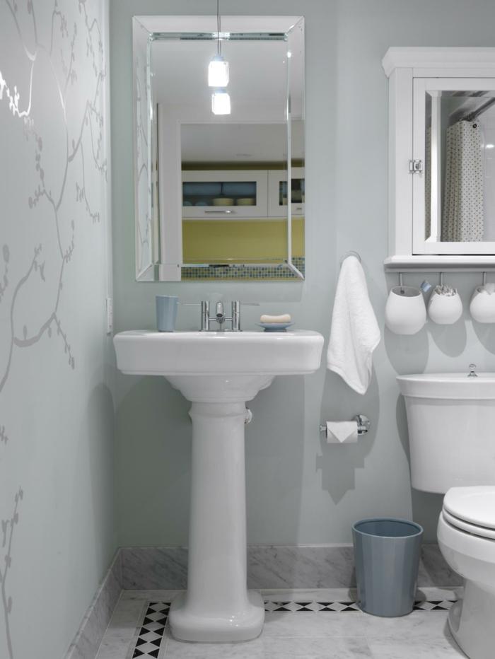 Badezimmer Gestaltungsideen, weiße Wände mit Wandtattoo, klassisches Waschbecken und klassischer Spiegel