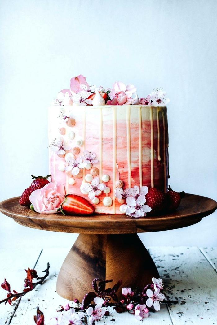 ein rosa Kuchen mit Fondant Blumen als Dekoration, schneller Kuchen aus Erdbeeren