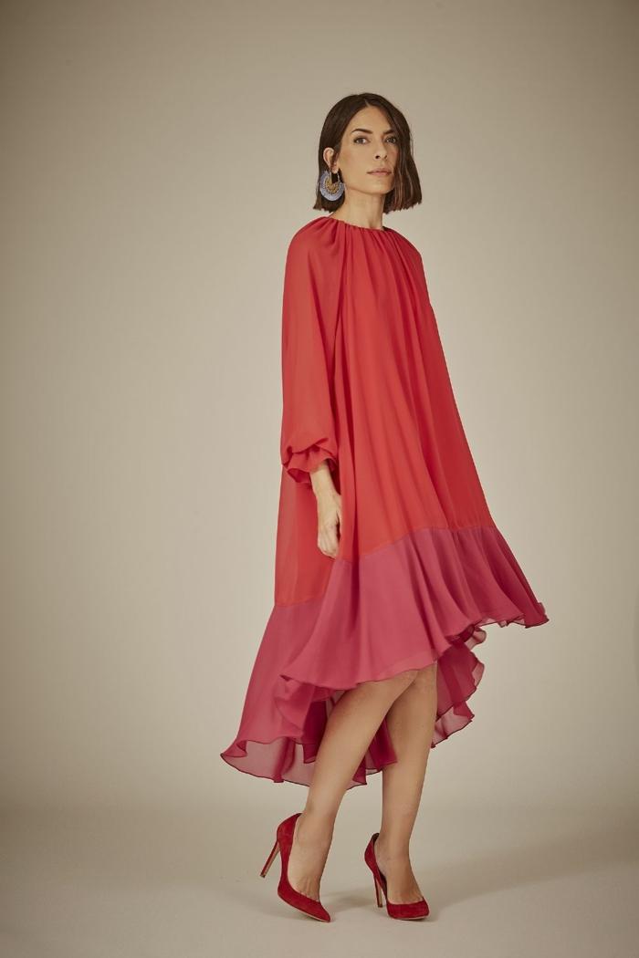 Umstandskleider, Kleid in zwei Schattierungen von Rot, rote Schuhe, lange Ohrringe als Accessoire
