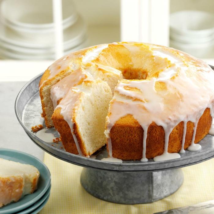 ein Kuchen mit Zitronenteig, ein bisschen gelb mit Creme darauf, Kuchen Rezepte einfach und schnell