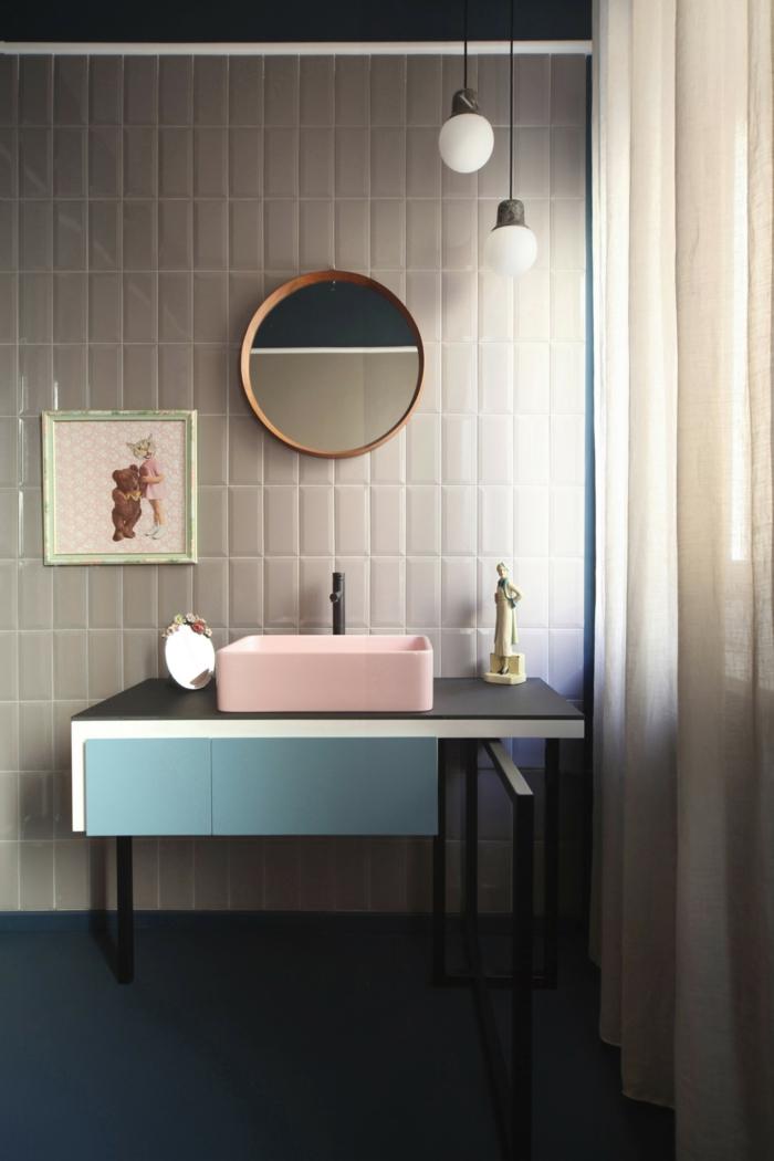 graue Wände, ein runder Spiegel, Badezimmer Ideen für kleine Bäder, blaues und rosa Badezimmer Set