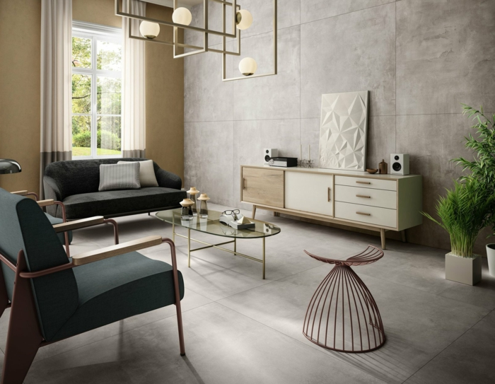 grauer Sessel und graues Sofa, ausgefallene Dekorationen, grüne Pflanzen in der Ecke, polierter Beton