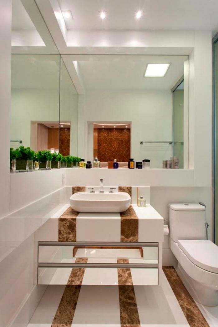 eine Spiegelwand, Badezimmer Gestaltungsideen, weiße und braune Fliesen, Deckenleuchten