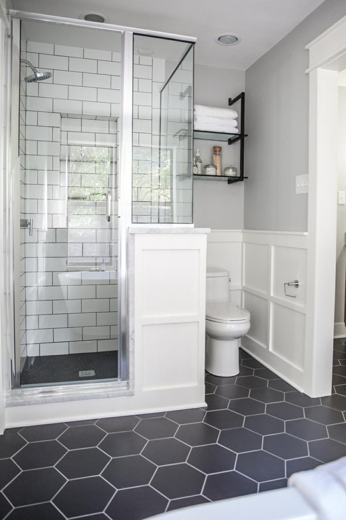 schwarze Fliesen mit sechs Ecken, eine kompakte Duschkabine, Badezimmer Gestaltungsideen
