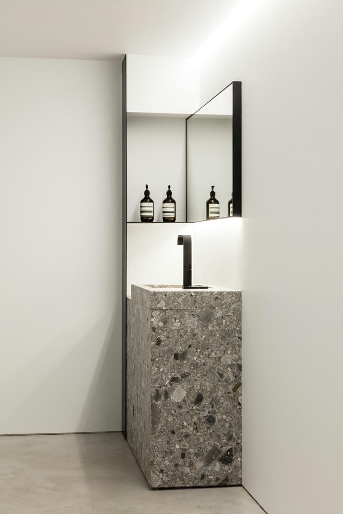 ein graues Waschbecken, ein Spiegel, weiße Badezimmer, Badezimmer Ideen für kleine Bäder