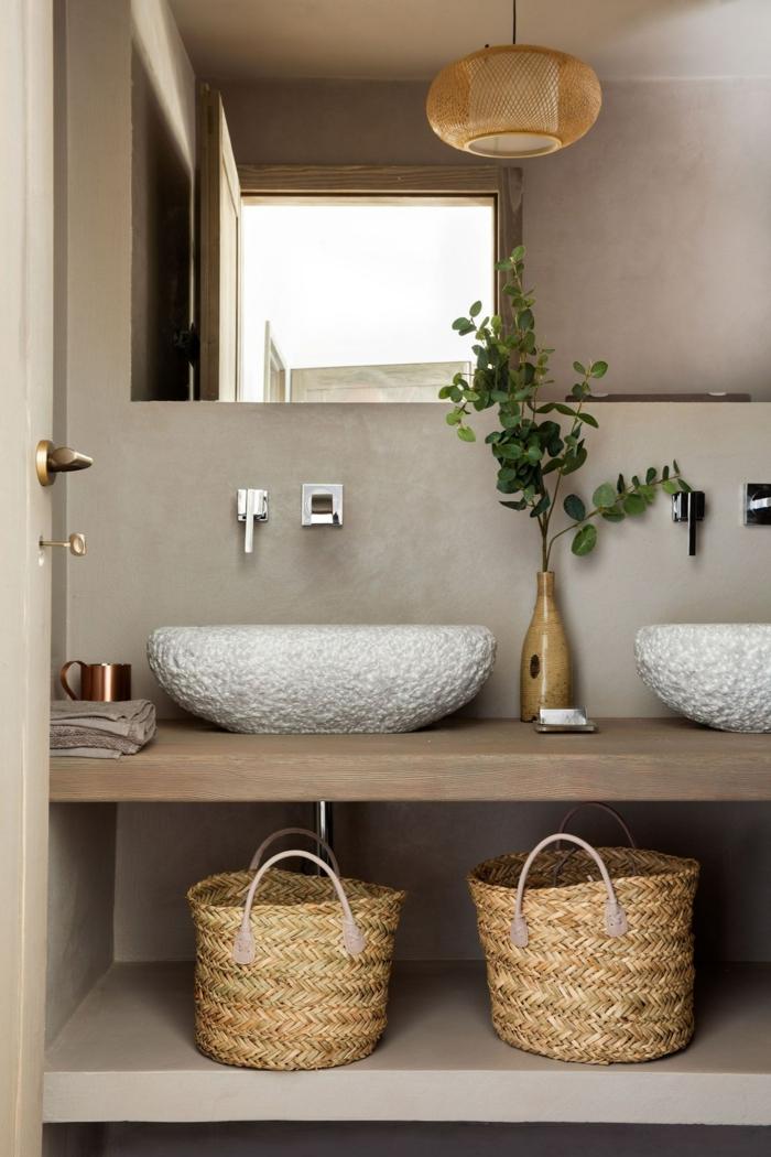 ein modernes Badezimmer mit zwei Waschbecken, eine schöne Vase in der Mitte, großer Spiegel