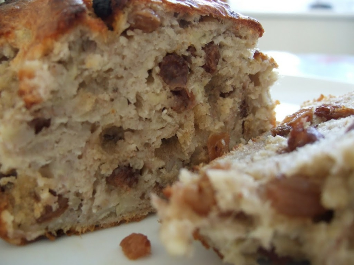 ein brauner Kuchen mit Rosinen, Kuchen backen mit einem braunen Teig, ganz lecker