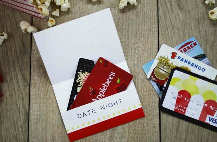 Geschenkgutscheine verpacken, in einem Briefumschlag alles Nützliches für Date, Valentinstag Geschenke