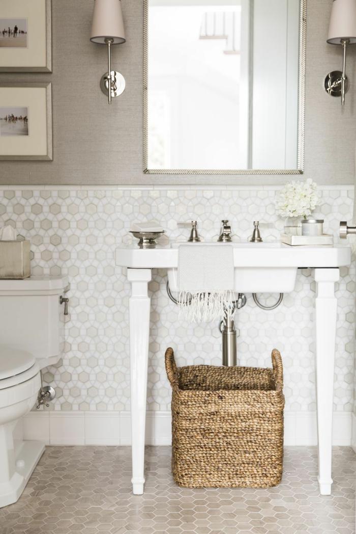 weiße Mosaikfliesen an der Wand, beige Mosaikfliesen am Boden, Minibad, weißes Bademöbel Set