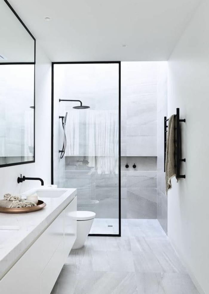 weiße Fliesen, weißes Bademöbel Set, schwarzer Wasserhahn, schwarze Heizung, Minibad