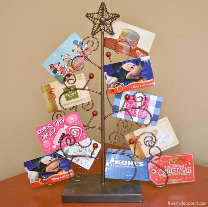 ein Ständer in der Form von Weihnachtsbaum für Gutscheine zu Weihnachten, Geschenke originell verpacken