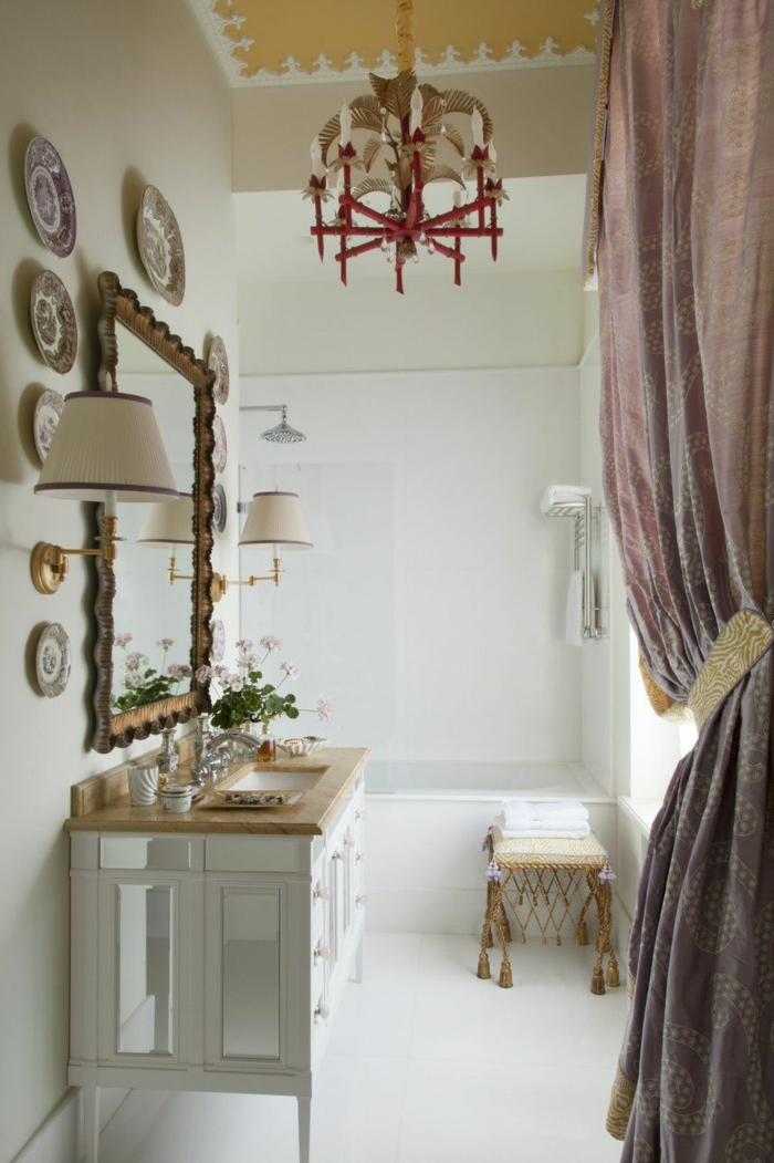 ein Spiegel mit schöner Rahmen, chinesiche Teller als Dekoration, ein lila Vorhang, gelbes Dach