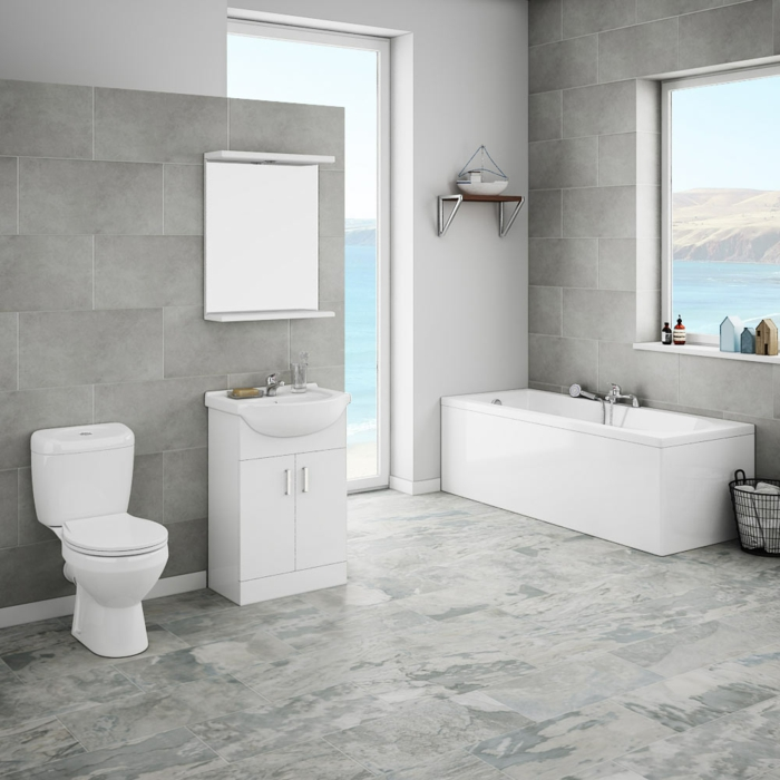 grauer Boden, graue Wandfliesen, schöne Badezimmer, eine Badewanne in der Ecke, weißes Badmöbel Set