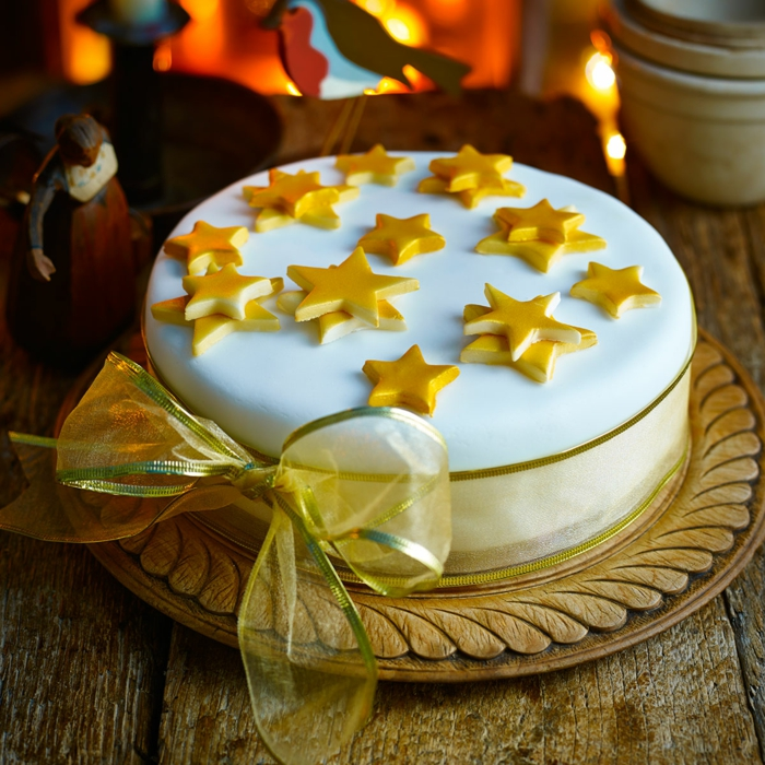 schöne Torte zur Taufe, gelbe Sterne, gelbe Schleife, schneller Kuchen mit Fondant