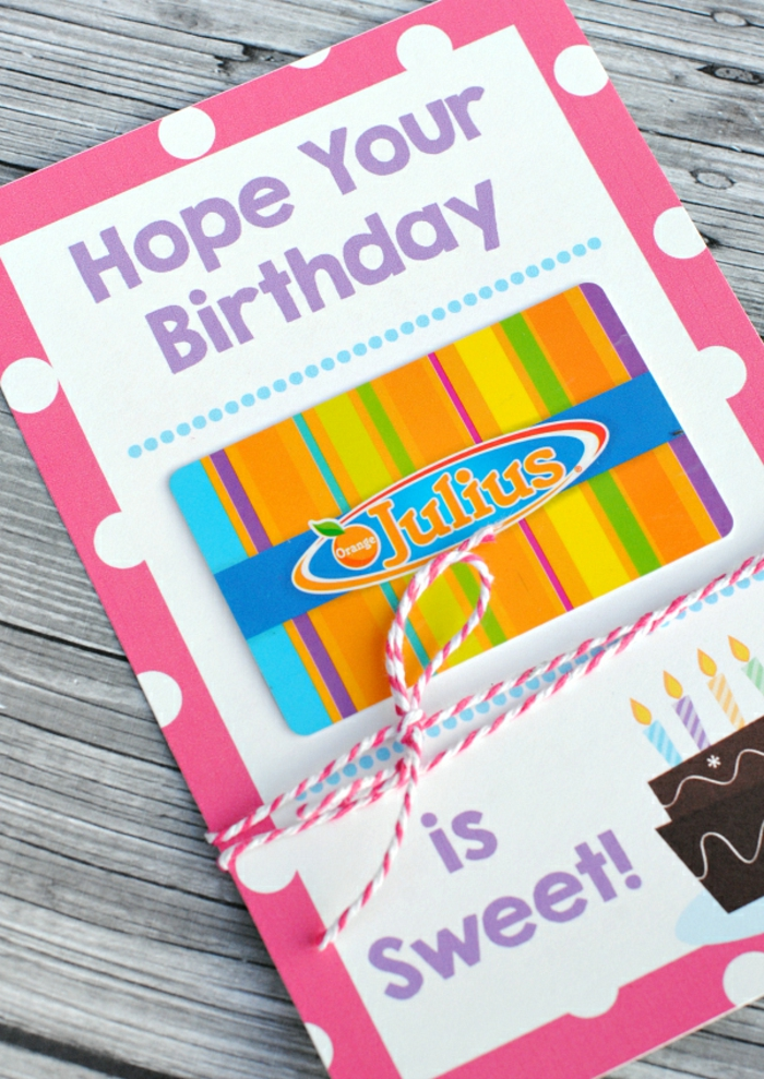Geschenkgutschein verpacken zum Geburtstag, eine Karte mit bemalter Torte