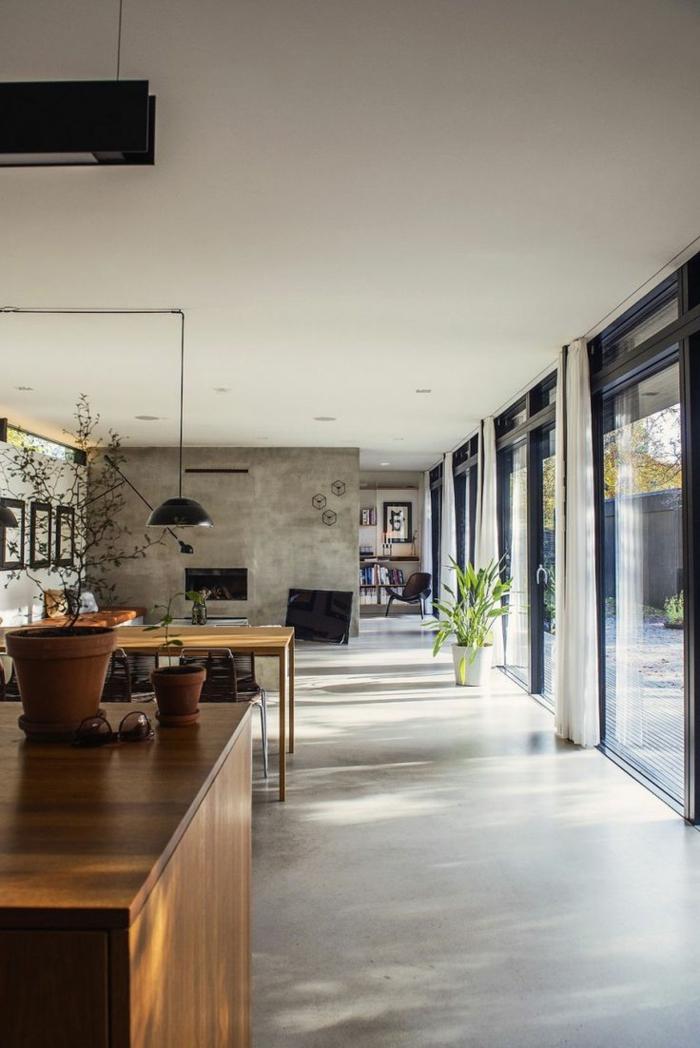 Betonfußboden, eine gemütliche Einzimmerwohnung mit Glaswände und einem Raumteiler