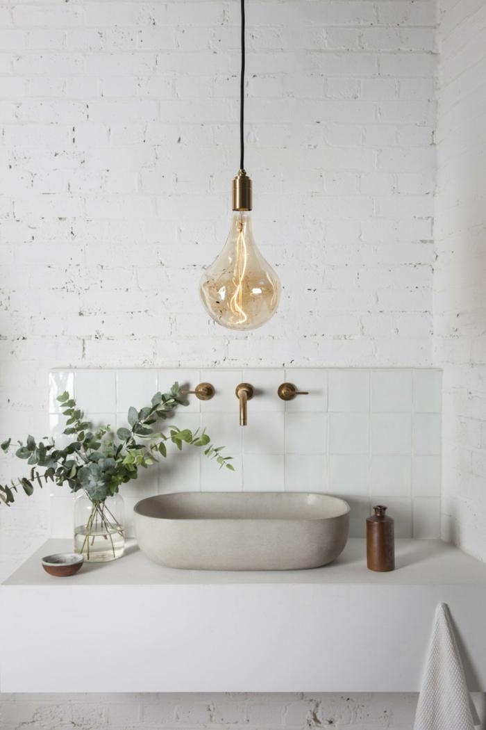 weißes Badezimmer mit weißen Backsteinen, ein grauer Waschbecken, eine Pendelleuchte, Badezimmer Ideen für kleine Räume