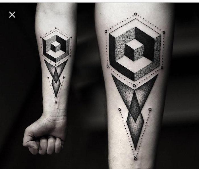 arm tattoo ideen, eine hand mit einem schwarzen großen tattoo mit shcwarzen dreiecken und geometrischen formen, symbol für stärke, ein tattoo mit schwarzen punkten und dreiecken