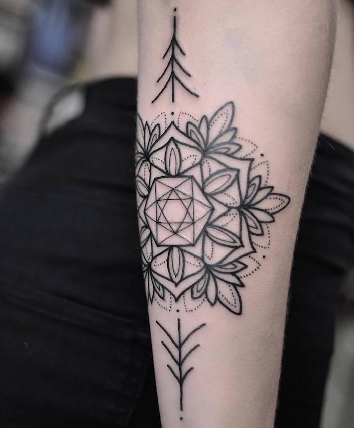 geometrische tattoos für frauen, eine hand mit einem tattoo mit geometrischen formen und mit weißen und schwarzen blumen und schwarzen blättern, frauen tattoos ideen