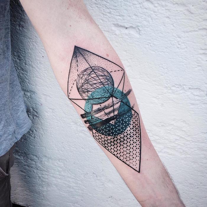 ein tatoo mit geometrischen formen, dreiecken und kreisen und mit einem blauen kugel, eine hand mit einem arm tattoo