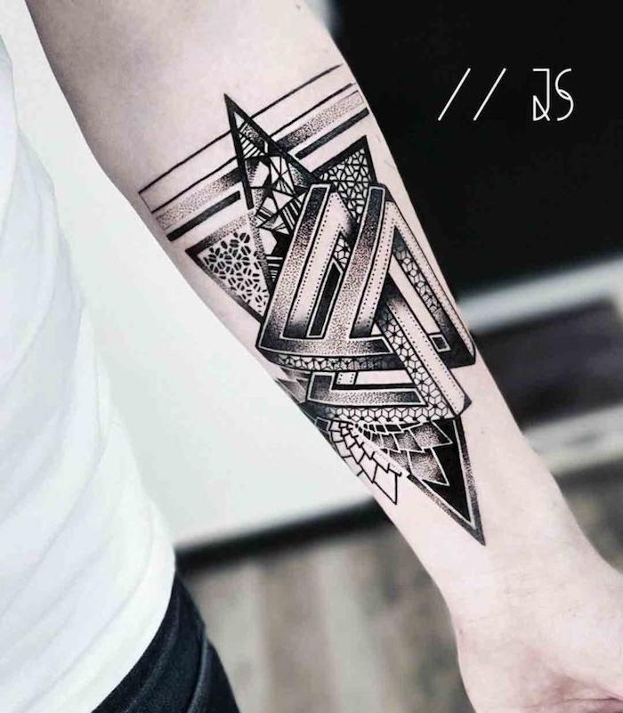 eine hand mit einem symbol für stärke, eine hand mit einem arm tattoo mit geometrischen formen und mit schwarzen dreiecken