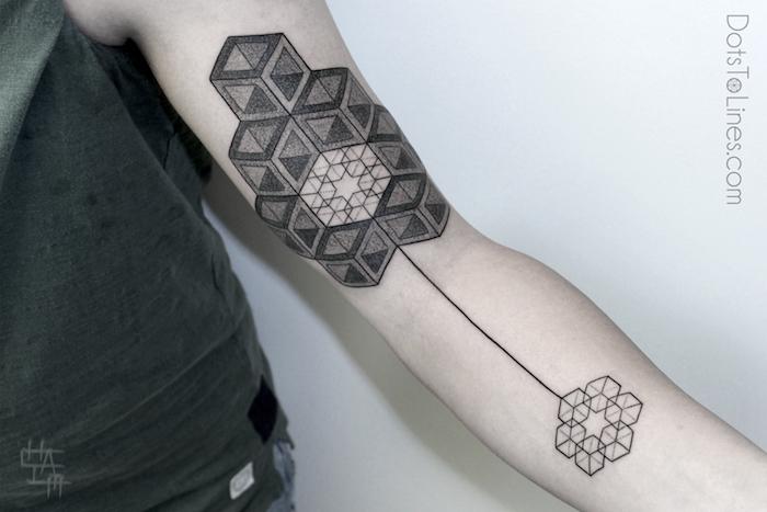 tattoos für männer, eine hand mit vielen schwarzen und weißen blumen und geometrischen formen, arm tattoo motive