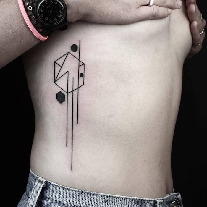geometrische tattoos, eine hand mit einer schwarzen armbanduhr und einem ring und einem pinken armband, frauen tattoos ideen, eine frau mit einem geometrischen tattoo