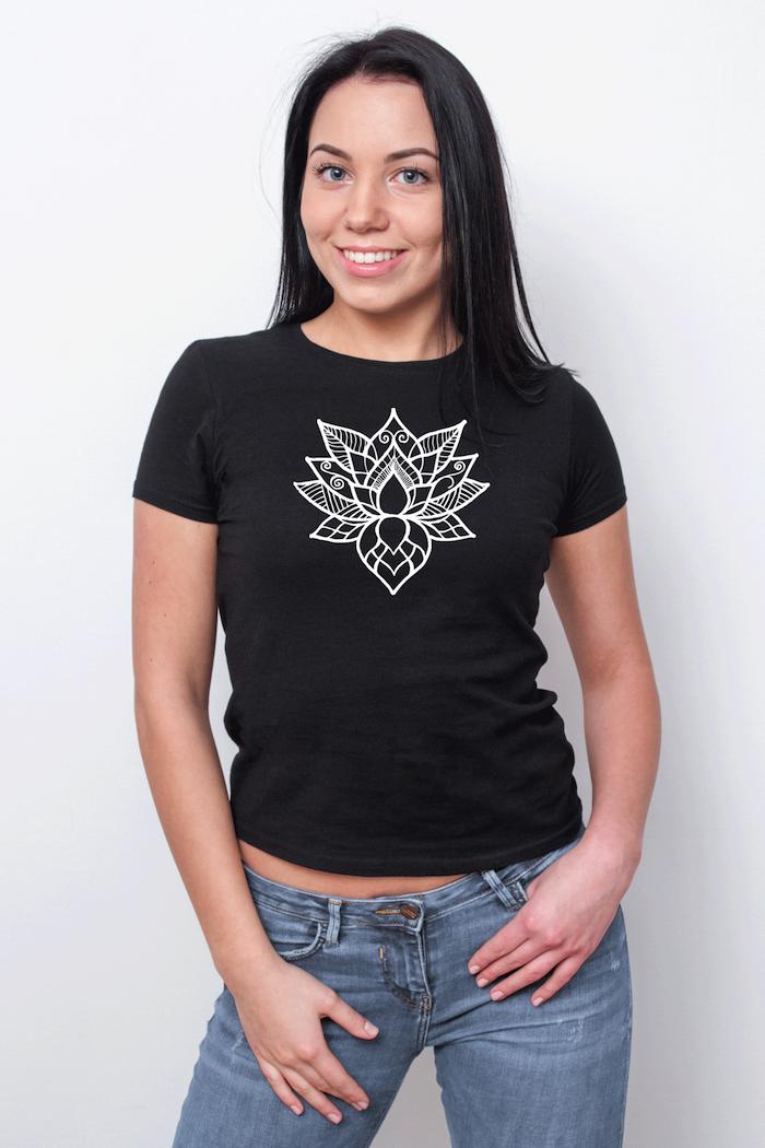 mandala zum ausdrucken für erwachsene, eine junge frau mit einem schwarzen t-shirt mit einer weißen großen mandala blume