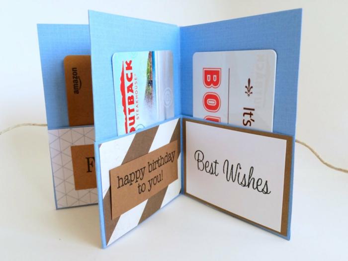 Geschenkgutscheine verpacken zum Geburtstag in blauer Karte mit Taschen
