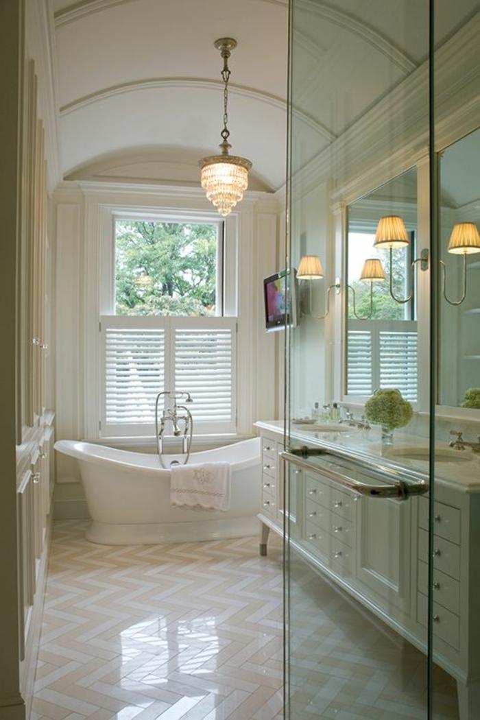 Fliesen Badezimmer Beispiele, welliges Muster, eine weiße Badewanne, drei Lampen, weiße Regale