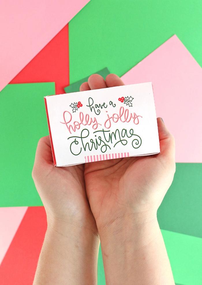 eine Schachtel in den Händen eines Kindes, Glückswünsche zu Weihnachten, Gutscheine verpacken