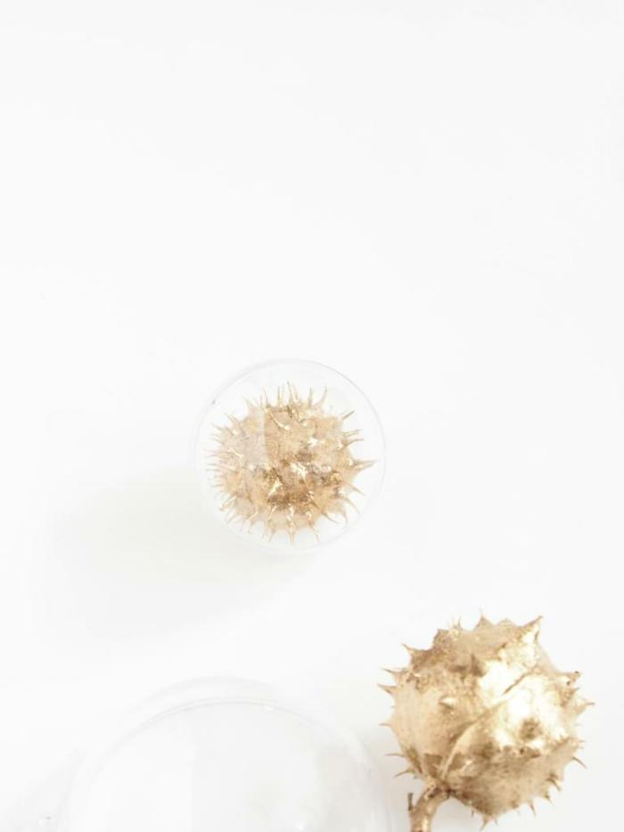eine Anleitung wie die goldene Kastanien in Kugeln zu stecken, Basteln mit Kastanien