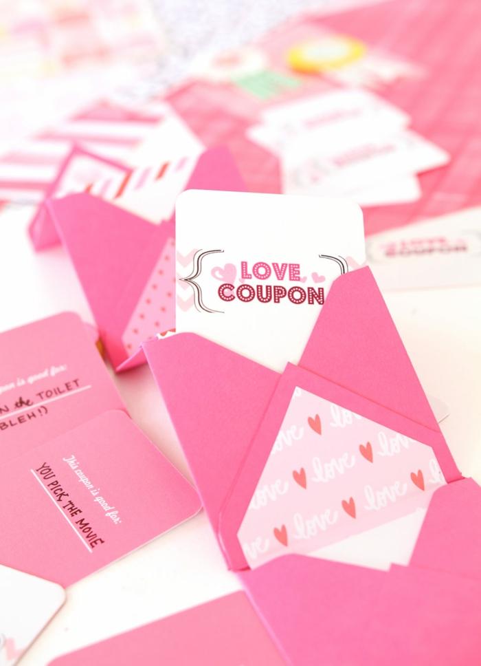 Liebe Gutschein, in dem Sie Ihre Botschafte schreiben können, Gutschein basteln in rosa Umschlag stecken