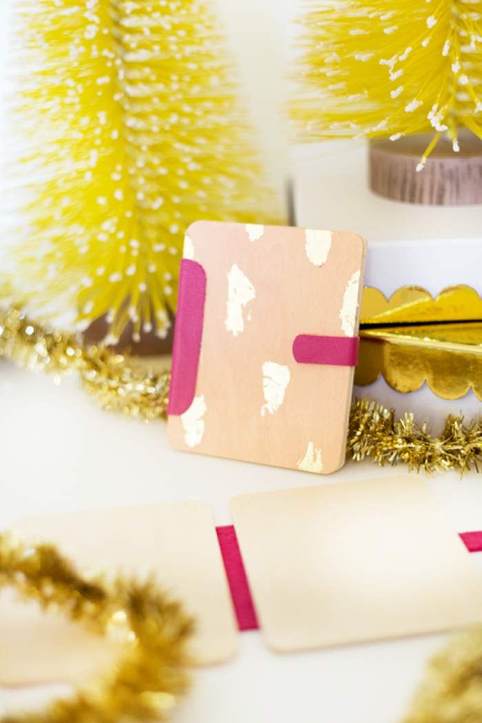 zwei rosa Gutschein Verpackungen aus Holz, perfekte Geschenke zu Weihnachten, Geschenke schön verpacken