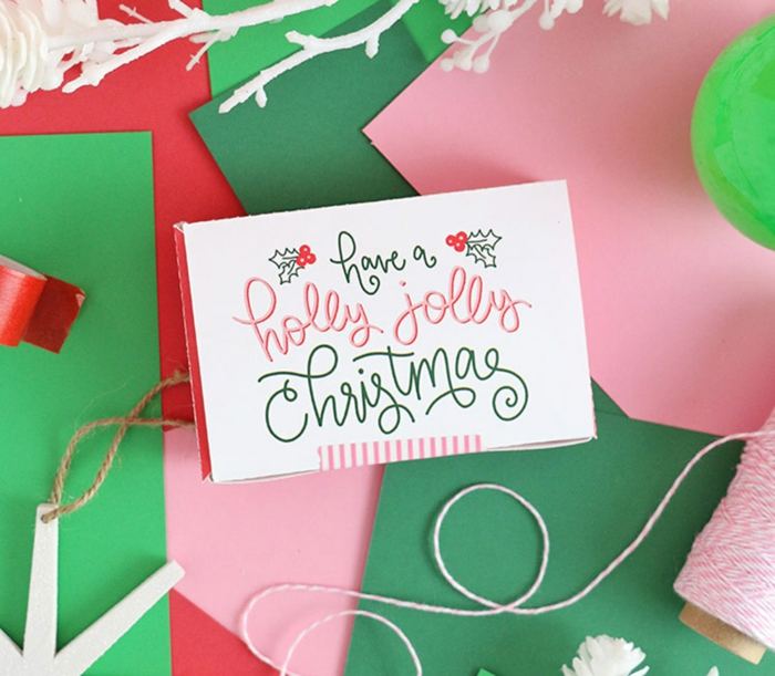 eine Schachtel mit Glückwünschen auf dem Deckel, Gutschein verpacken in einer weißen Schachtel