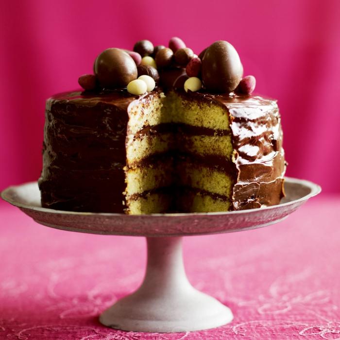 schneller Kuchen, Schokoladentorte zu Ostern mit Schokoladeneier als Dekoration